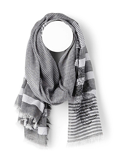 Le foulard rayures et broderies