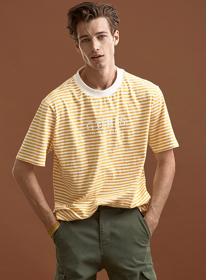 Guess: Le t-shirt logo rayure binaire Jaune or pour homme