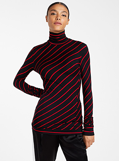Diagonal stripe turtleneck