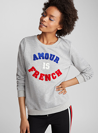 Le sweat Amour is French