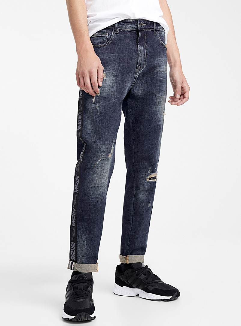 le-jeans-use-ruban-lateral-br-coupe-super-ajustee