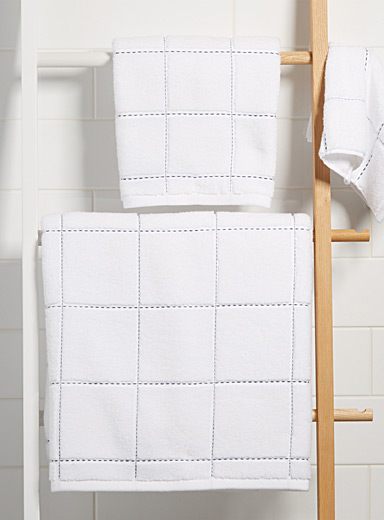 Topstitched checkered towels