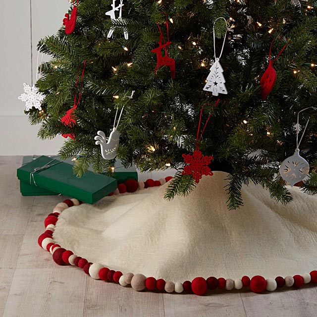 wool-pompom-tree-skirt