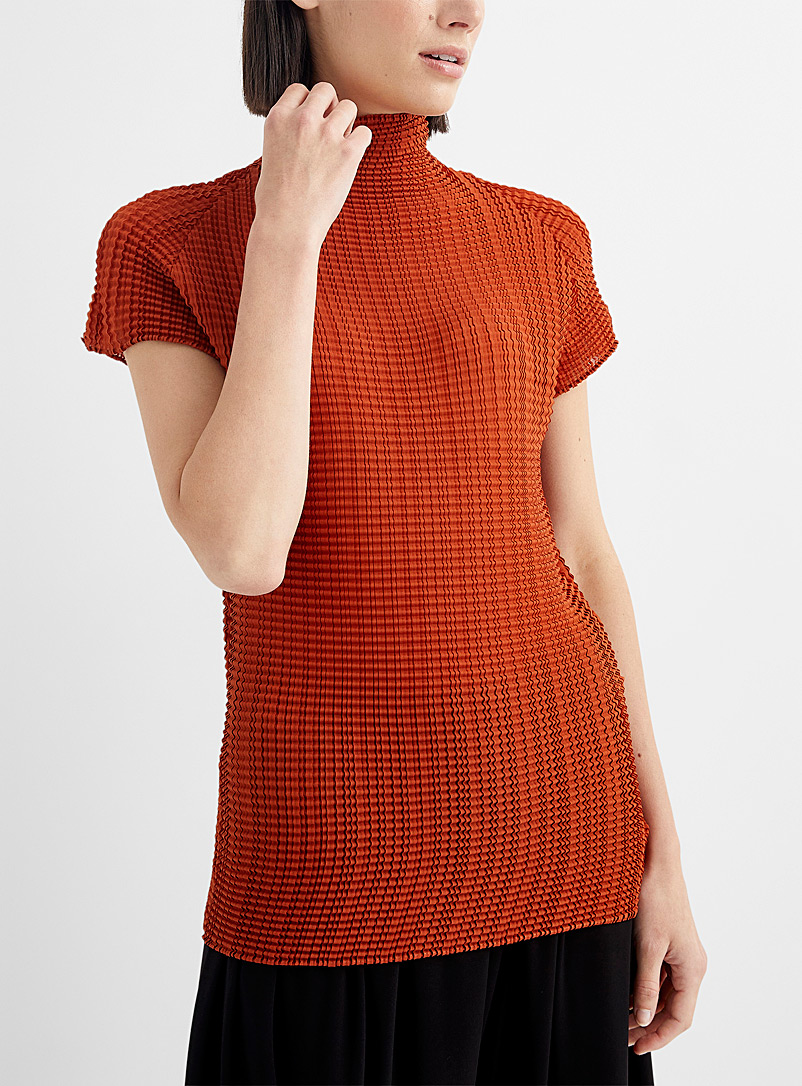 Issey Miyake: Le t-shirt col montant Wooly Pleats Brun moyen pour femme