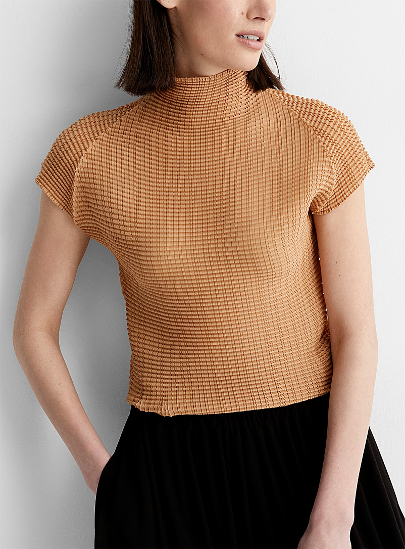 Issey Miyake: Le t-shirt col montant Wooly Pleats Sable pour femme