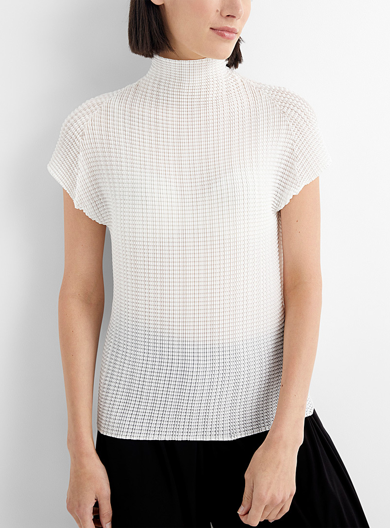 Issey Miyake: Le t-shirt col montant Wooly Pleats Blanc pour femme