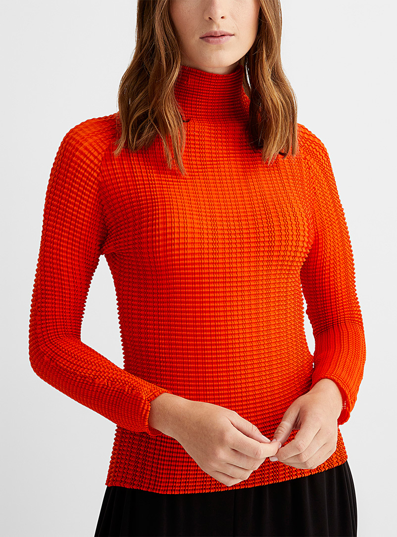 Issey Miyake: Le haut col montant Wooly Pleats Rouge pour femme