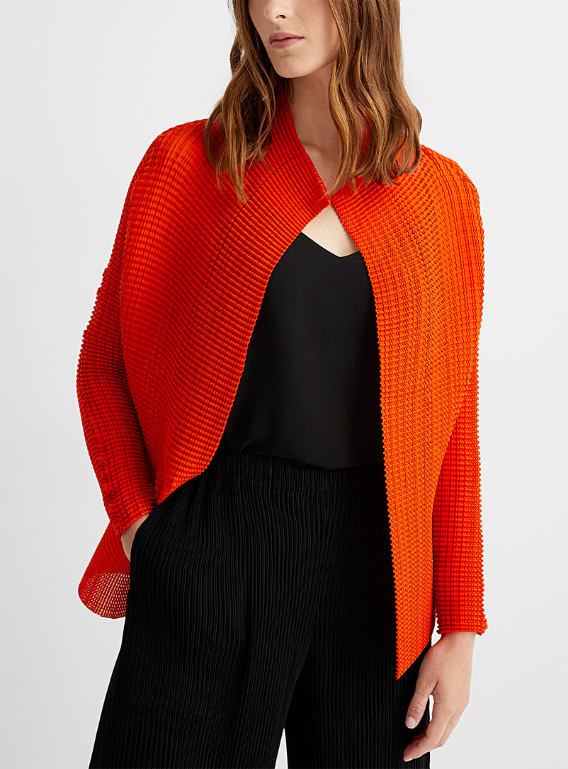 Issey Miyake: Le cardigan forme libre Wooly Pleats Rouge pour femme