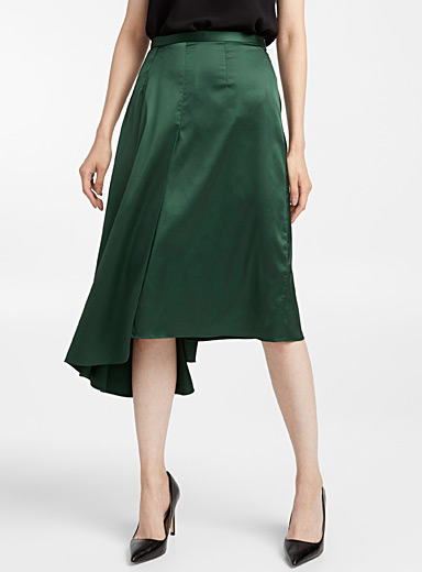 Asymmetric satiny skirt