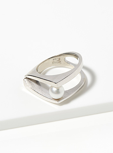 Pearly graphic ring
