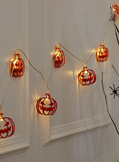 Grimacing pumpkins string lights