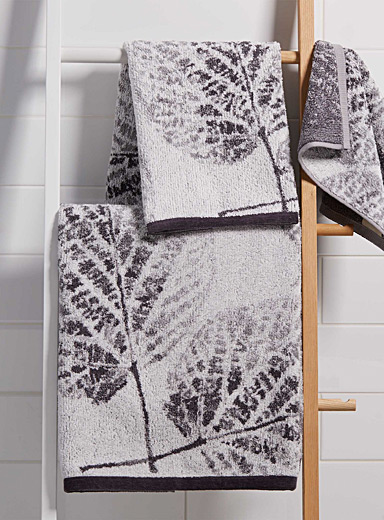 Enchanted foliage jacquard towels