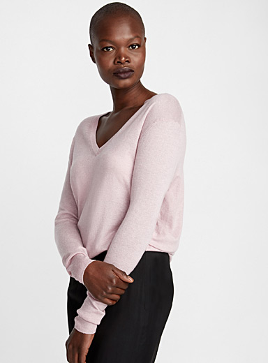 Le pull col V rose tendre