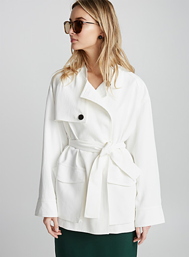 Le manteau court ceinturé Langley