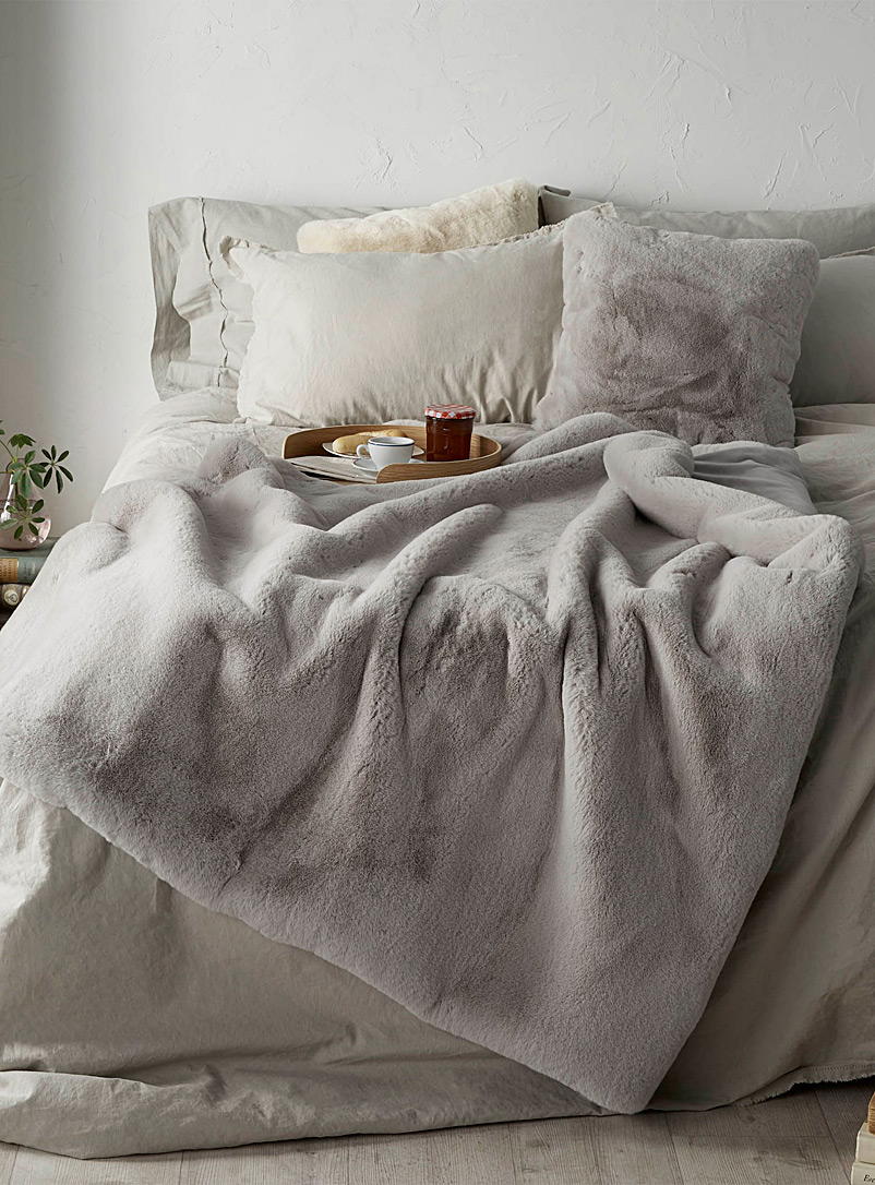 Simons Maison Light Grey Luxurious faux-fur throw  130 x 150 cm