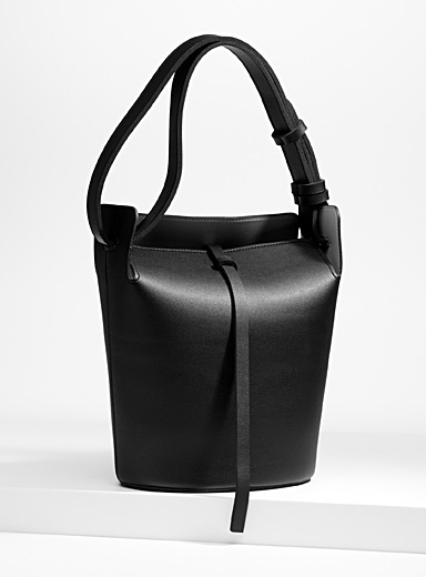Bucket-style tote