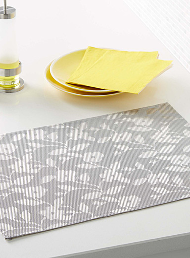 Floral shadows braided vinyl place mat