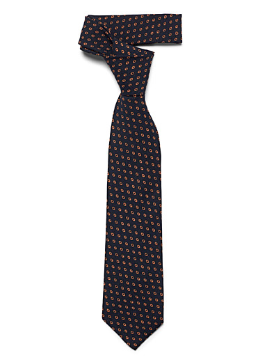 Traced dot tie