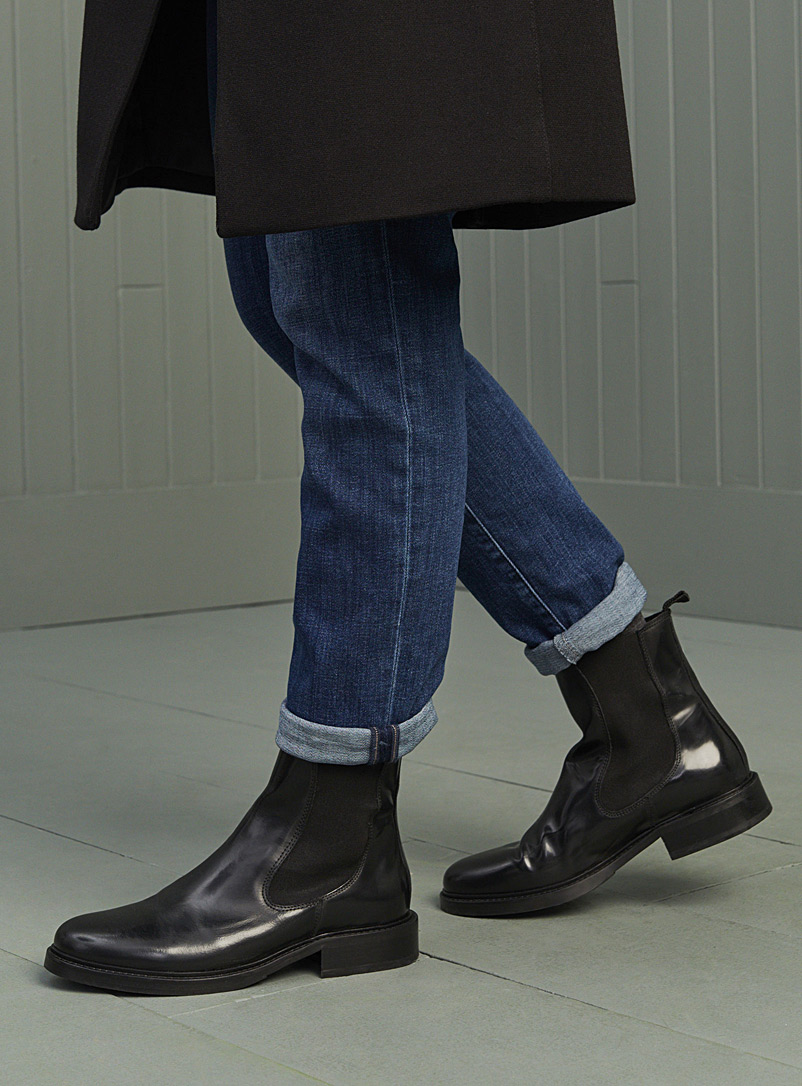Flat-heel leather Chelsea boots