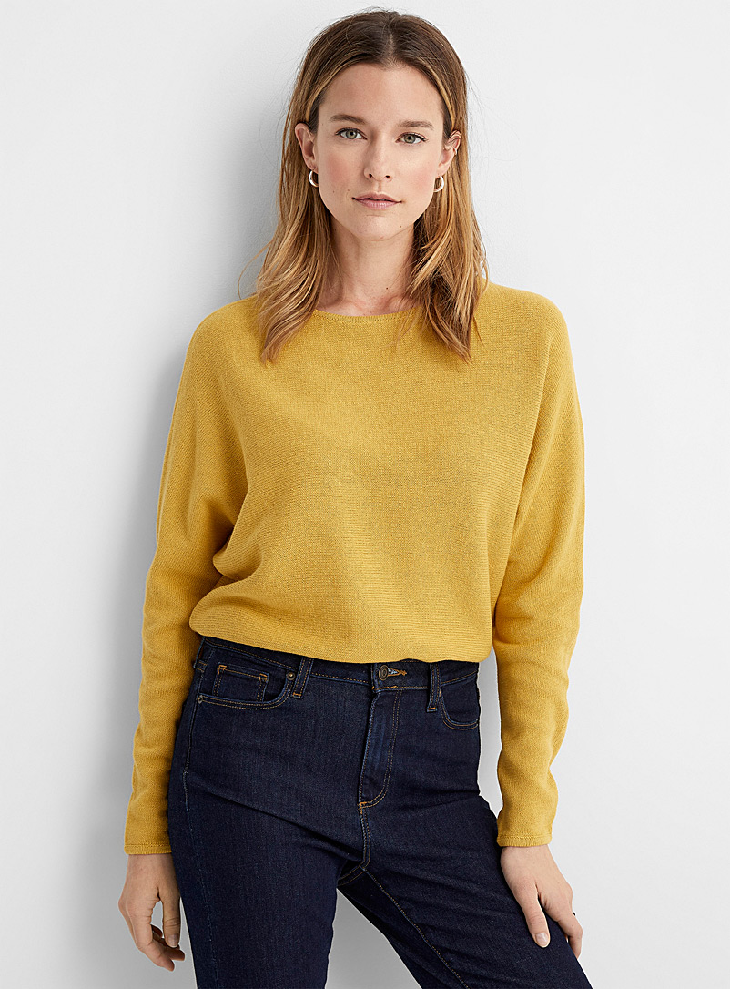 Light dolman-sleeve sweater