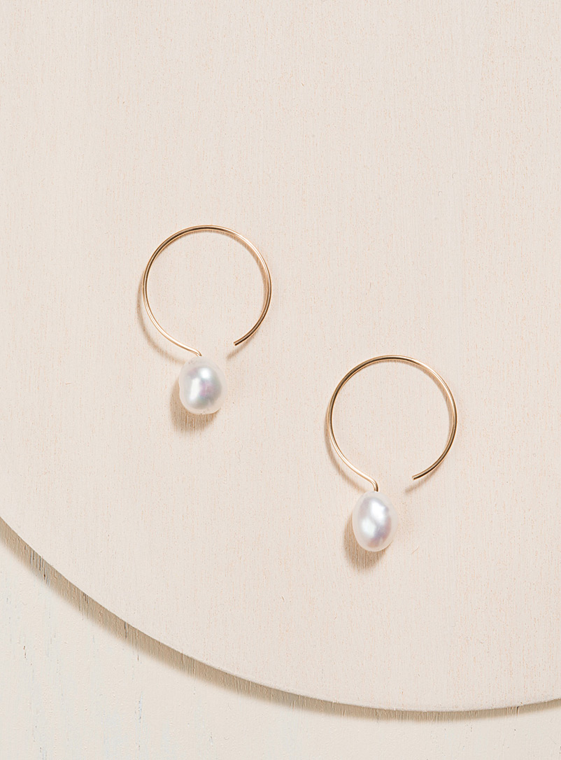 White baroque pearl laminated gold hoops