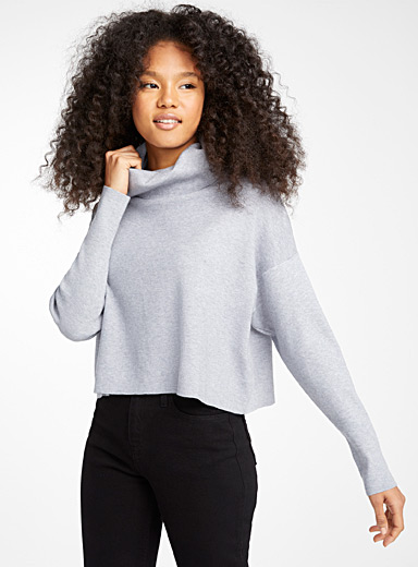 Le pull col tombant court