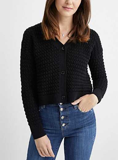 Le cardigan col V maille relief