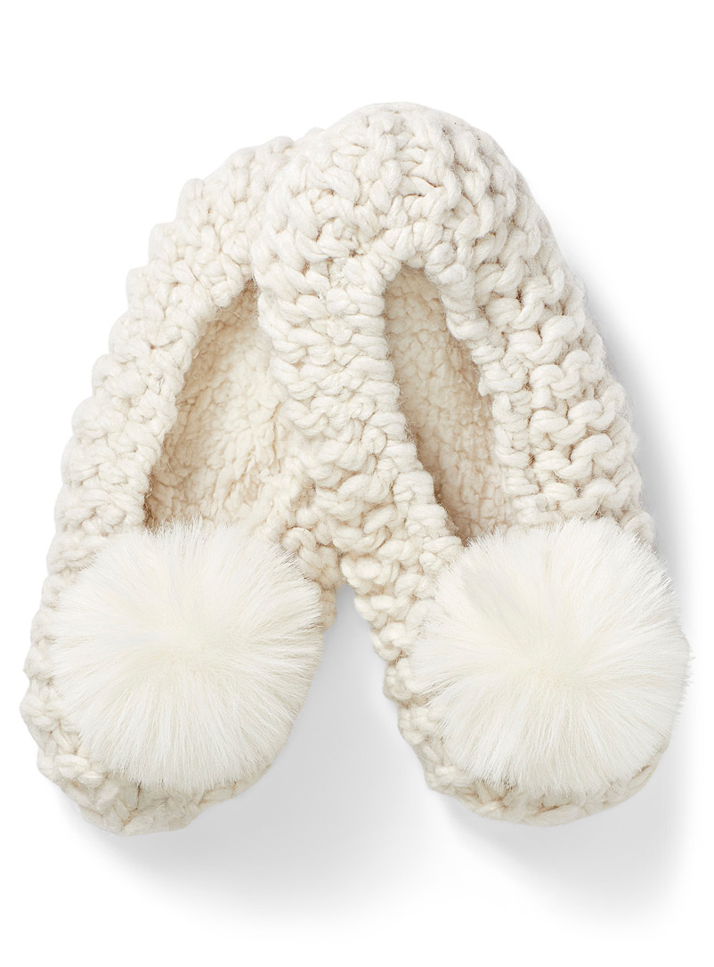 Pompom knit slippers