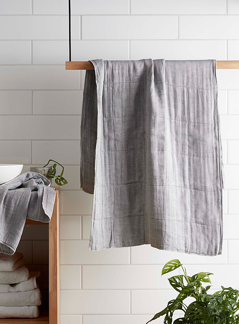 charcoal-infused-bath-towel