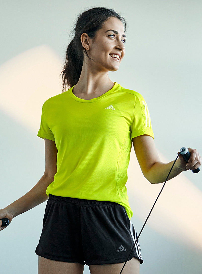 Adidas: Le t-shirt néon Own The Run Jaune vif-canari pour femme