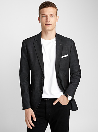 Le veston denim noir <br>Coupe semi-ajustée