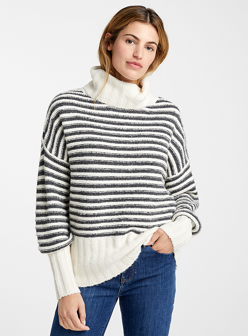 two-tone-stripe-loose-turtleneck