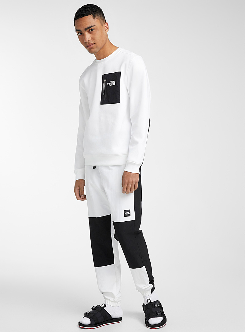The North Face: Le pantalon track nylon Black Box Blanc pour homme