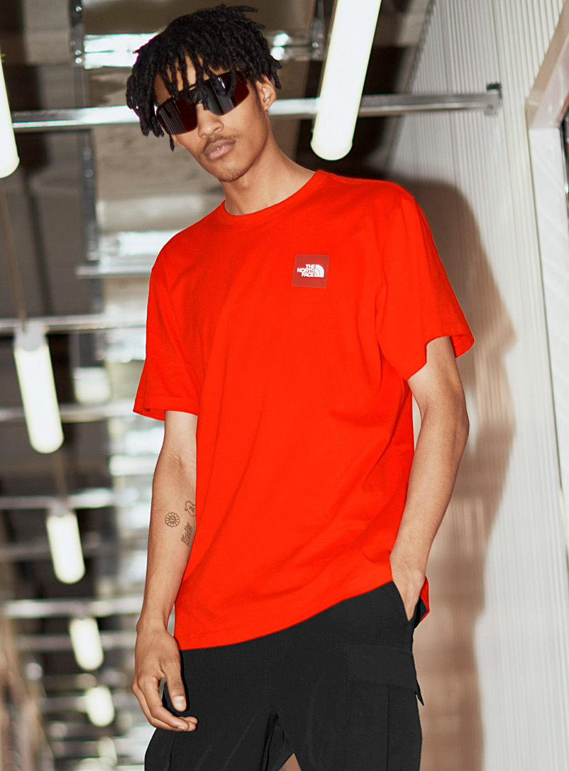 The North Face: Le t-shirt logo carré Rouge pour homme