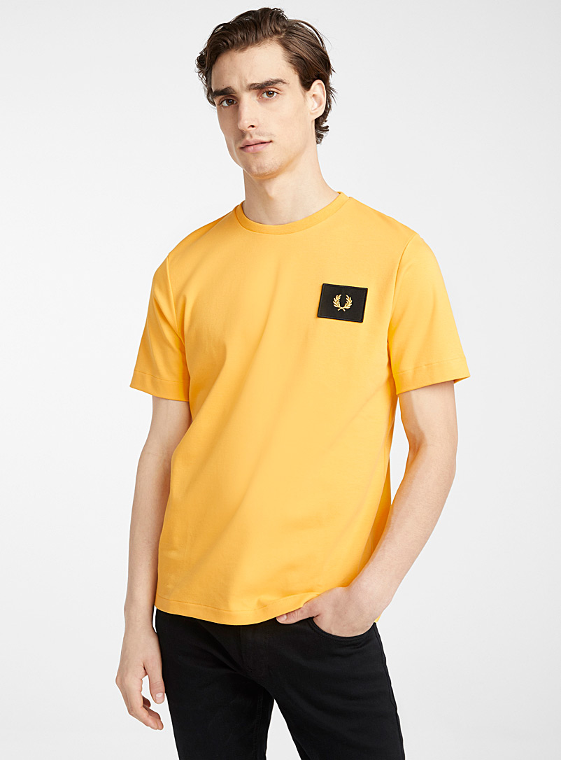 Fred Perry: Le t-shirt badge logo Jaune or pour homme