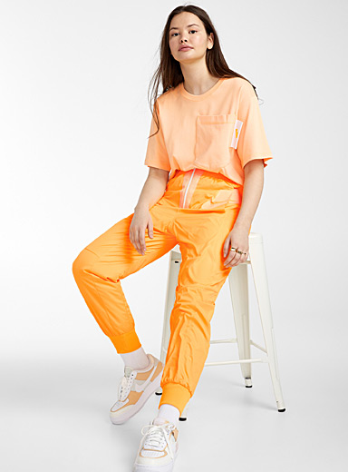 Le jogger demi-zip orange fluo