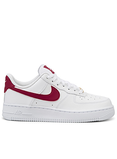 Le sneaker Air Force 1 '07 accent framboise <br>Femme