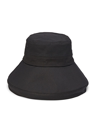 Wide-brimmed bucket hat