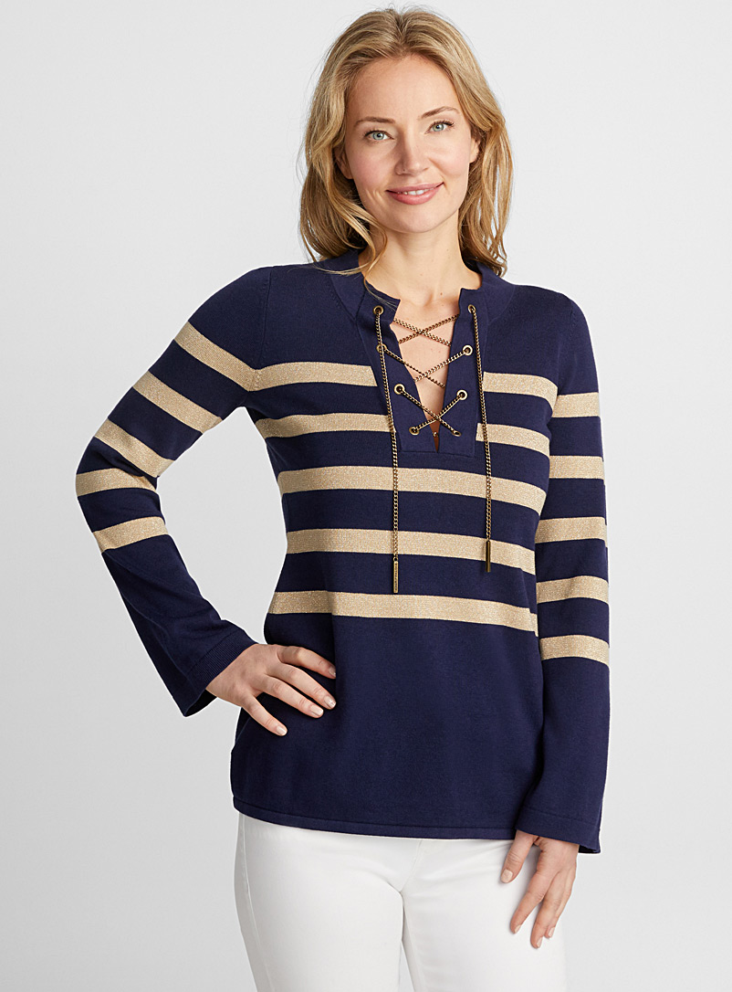 le-pull-rayures-dorees-col-lace