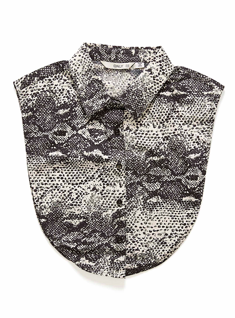 Snakeskin shirt collar - Assorted Extras - Patterned Black
