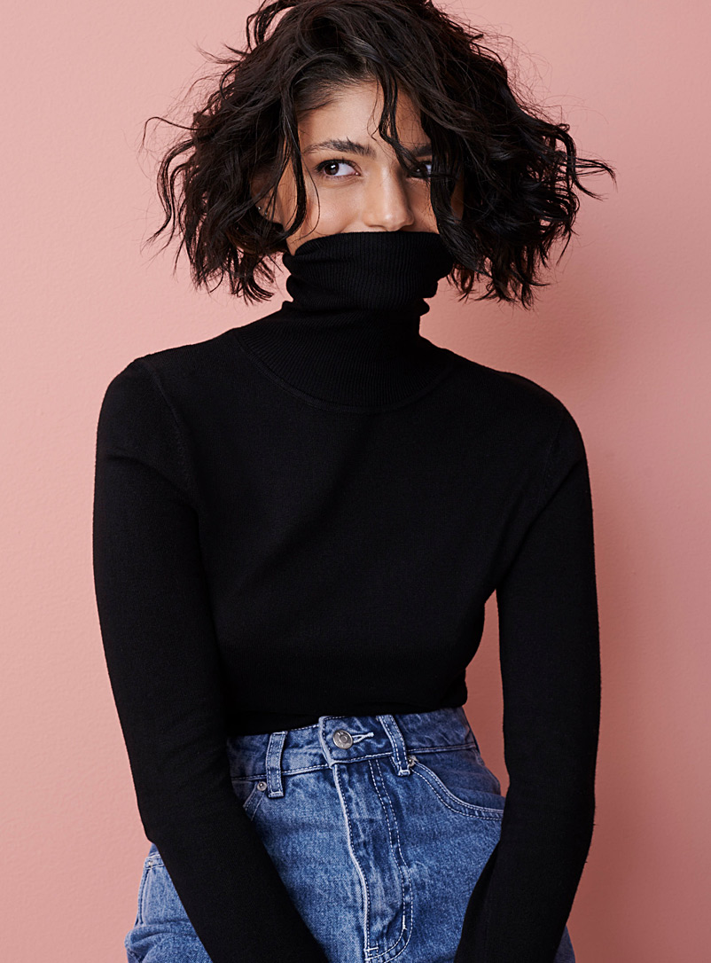 Thin-knit basic turtleneck sweater