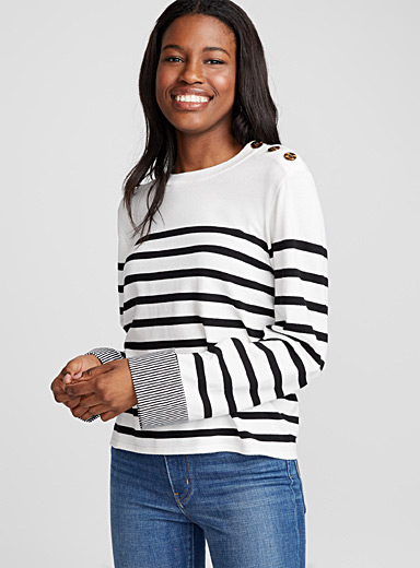 Le pull rayé boutons accent