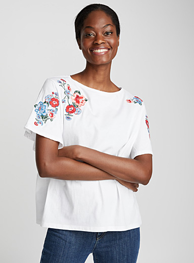 Le tee-shirt ample broderies florales