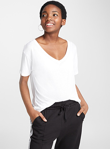 Le tee-shirt viscose encolure V