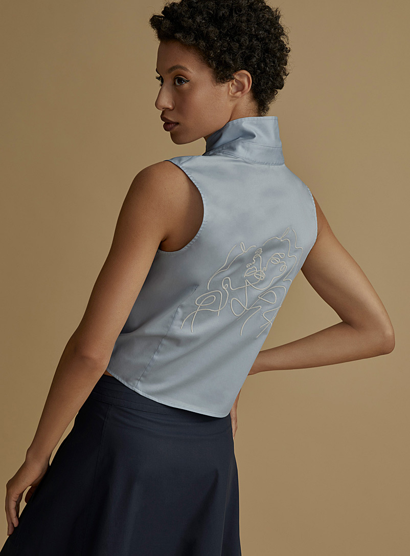 Icône Baby Blue Portrait embroidered back shirt for women