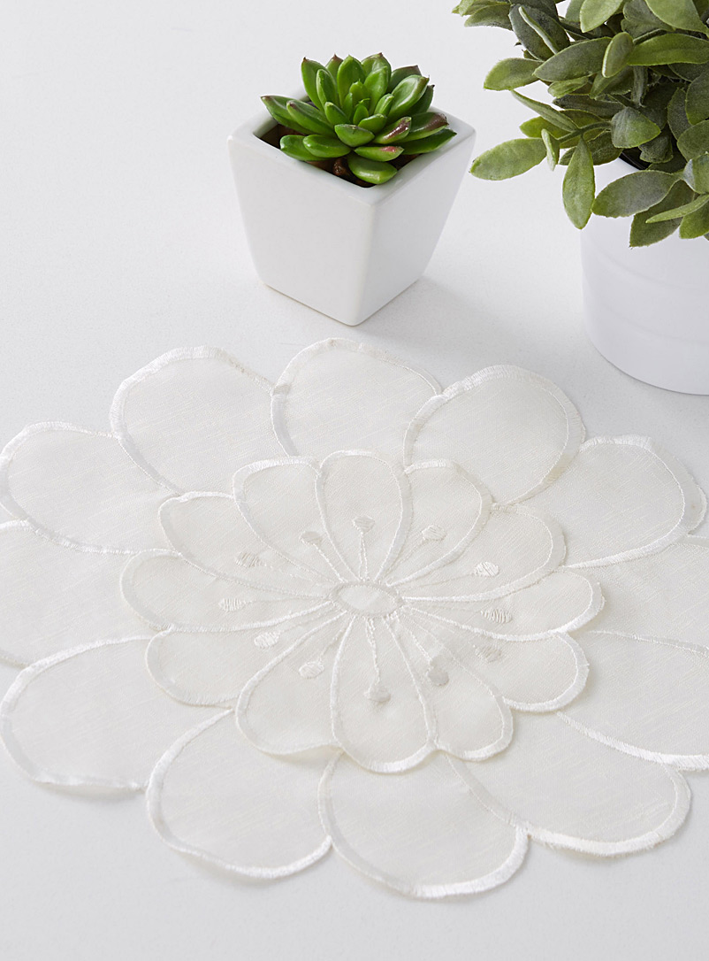 daisy-cutout-decorative-doily-br-30-cm-diameter