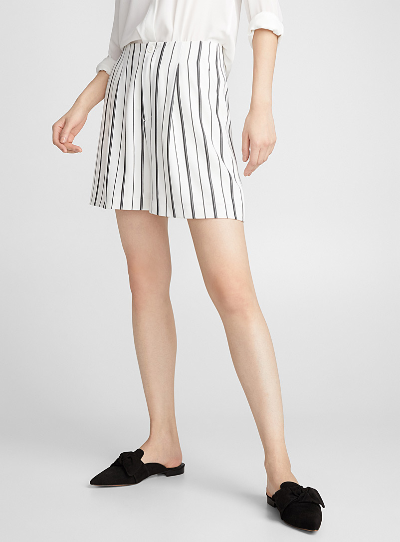 le-short-ample-a-rayures