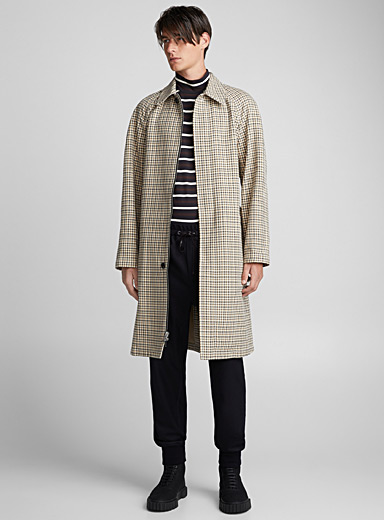 Le long manteau à carreaux