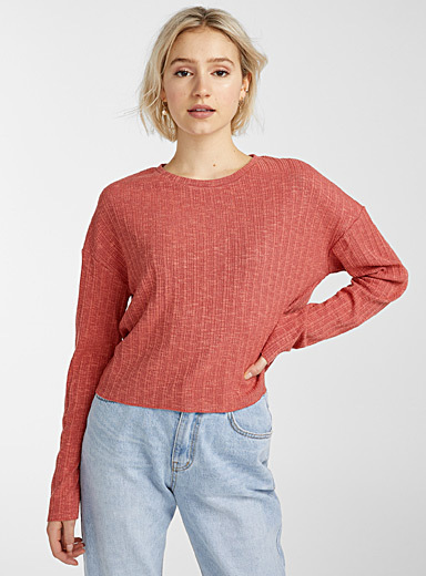 Le t-shirt raccourci tricot relief