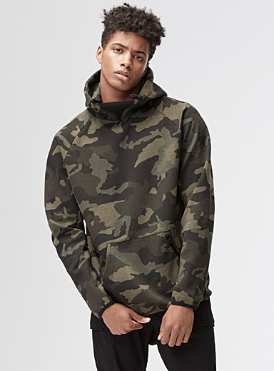 Le sweat à capuche camo